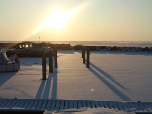 Lange skygger på isen i Ringkøbing Lystbådehavn