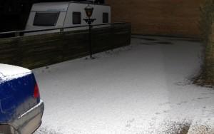 Sne og hagl i indkørslen