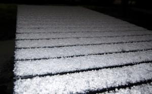 Sne og hagl på havebordet